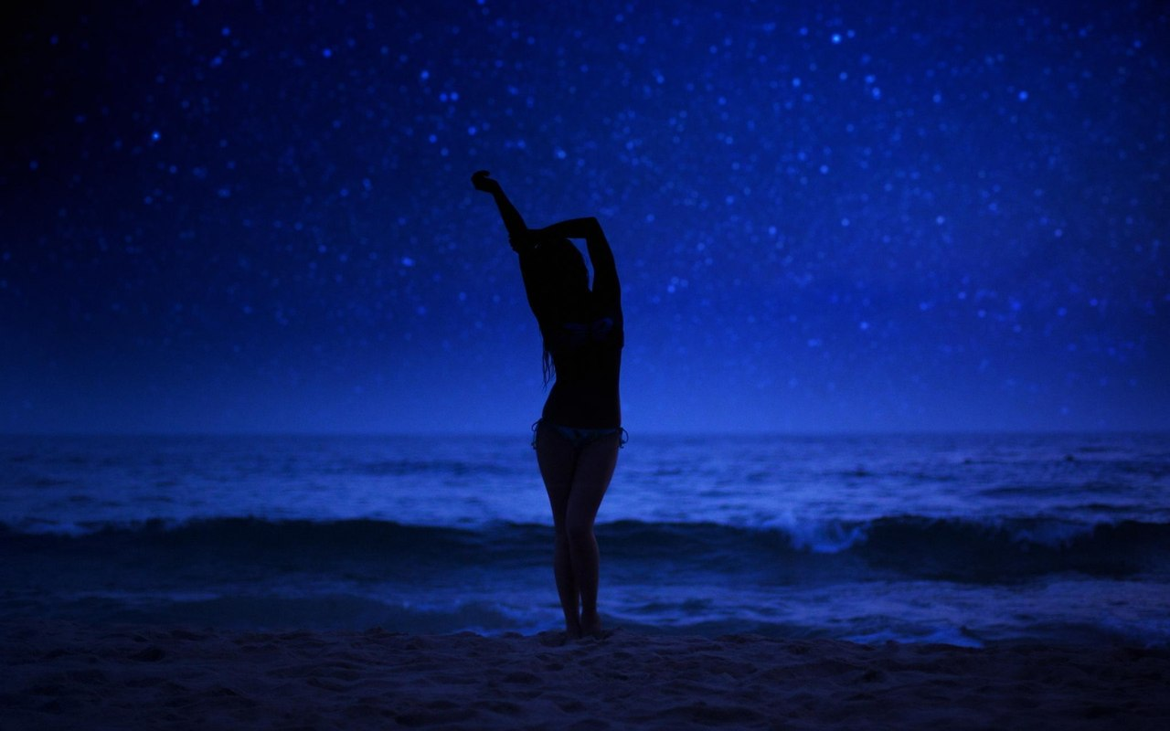Силуэт девушки на фоне моря и звездного ночного неба, by Jeff Dotson