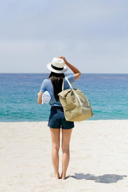 девушка в шляпе на пляже