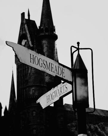 Фото Указатели на школу чародейства и волшебства Hogwarts / Хогвартс и деревню Hogsmeade / Хогсмид