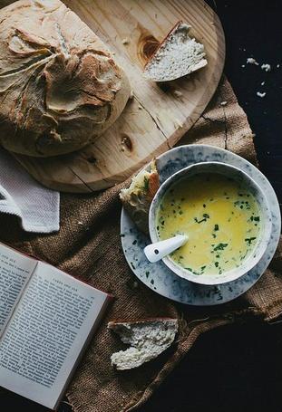 Фото На столе возле книги лежит суп в тарелке и хлеб на доске (© Black Tide), добавлено: 02.07.2014 19:32