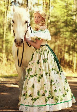 Фото Девушка с конем летним днем