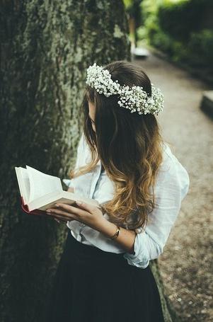 Фото Девушка с белым венком на голове читает книгу (© Mr. Panda Tao), добавлено: 03.07.2014 16:49