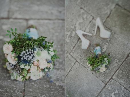 Фото Цветы на земле рядом с свадебными туфлями