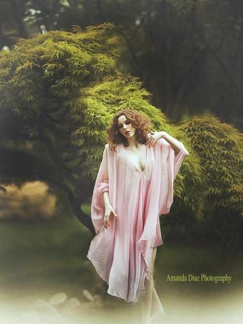 Фото Девушка в розовом возле красивого дерева автор: Аманда Диаз