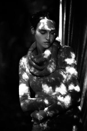 Фото Девушка с закрытыми глазами и падающим на нее дневным светом, by aufzehengehen