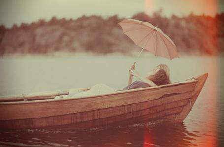 Фото Влюбленная пара лежит в лодке, фотограф Kalle Gustafsson