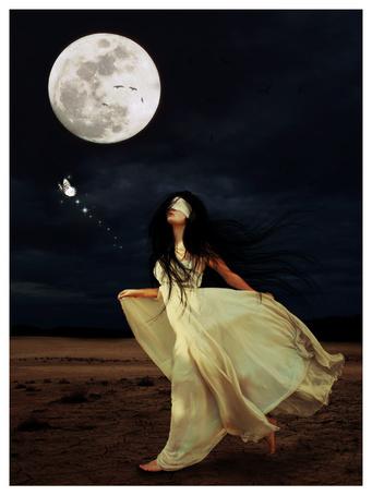 Фото Девушка с завязанными глазами в светлом платье бежит за бабочкой, by w melon