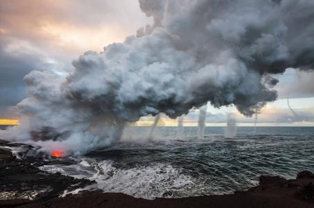 Фото Лава из вулкана Килауэа выливается в море, создавая огромный шлейф пара, порождающего несколько вихрей, Гавайи