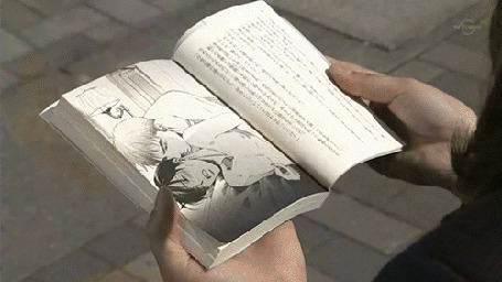 Фото Девушка читает яойную мангу, рядом с ней сидит шокированный парень