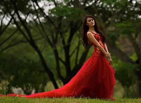 Фото Девушка на природе в красном платье
