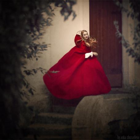 Фото Девушка в красном возле дома, автор: Анка Журавлева
