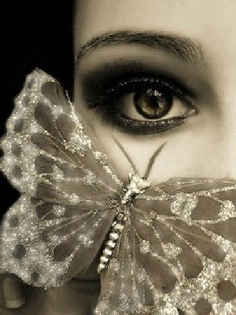 Фото У девушке на лице красивая бабочка