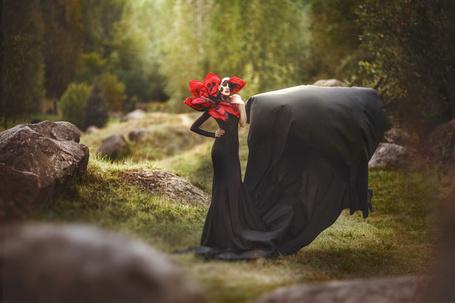 Фото Девушка в черном в красном цветке на природе