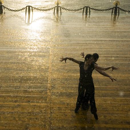 Фото Влюбленная пара танцует под дождем