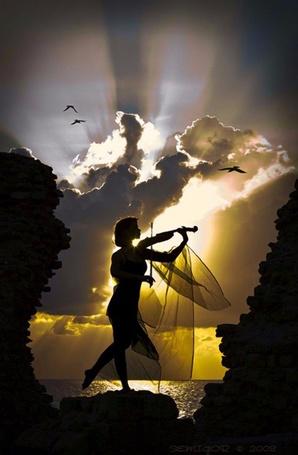 Фото Девушка у моря играет на скрипке