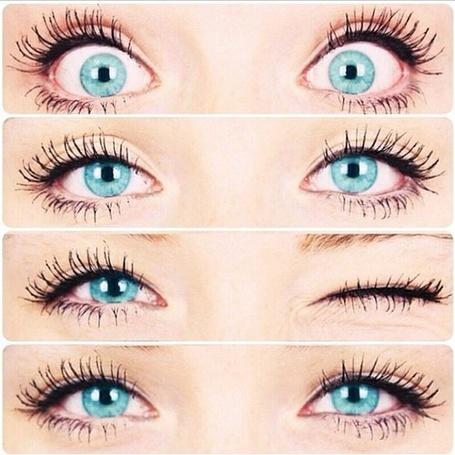 Фото Голубые глаза на светло-коричневом фоне