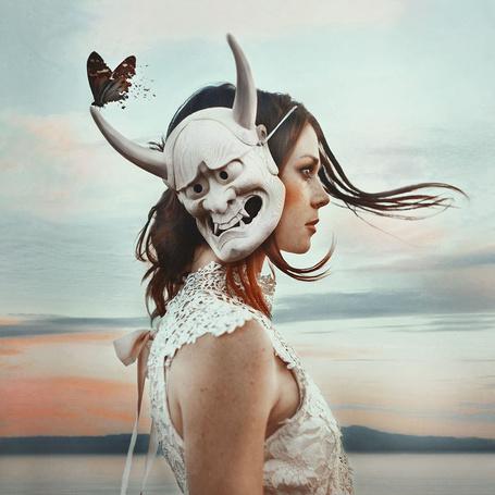 Фото Девушка с маской на голове, на которой сидит бабочка, фотограф Robby Cavanaugh