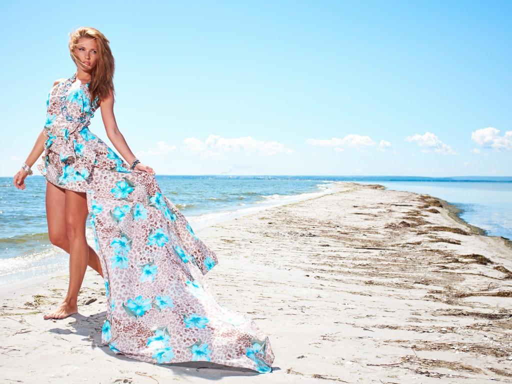 Девушка идет по пляжу картинки