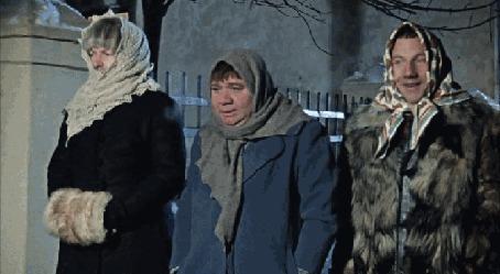 Фото Косой, Хмырь и Евгений Иванович, переодетые в женщин, идут по улице, фильм Джентльмены удачи