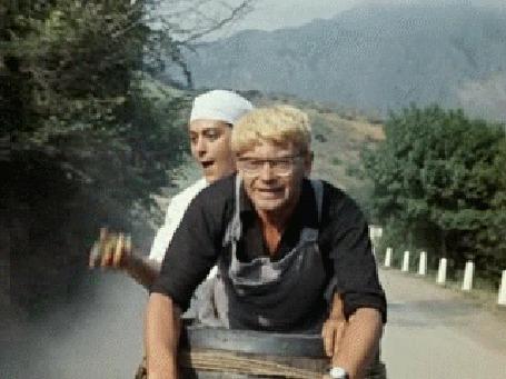 Фото Шурик с водителем скорой помощи, на тележке, едут за машиной с Бывалым и его друзьями, фильм Кавказская пленница