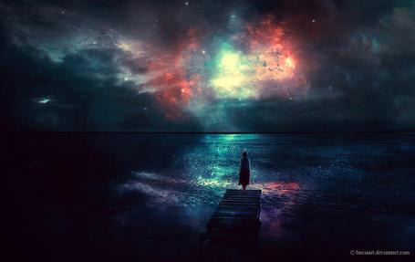 Фото Девушка стоит в конце пирса, смотря на космическое ночное небо, художник BaxiaArt