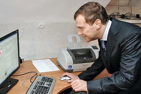 Фото Дмитрий Медведев увлеченно рассматривает девушку на экране монитора