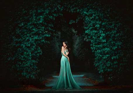 Фото Девушка в зеленом платье стоит на дороге среди листьев, фотограф Светлана Беляева