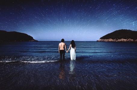 Фото Мужчина с девушкой держась за руки стоят в море на фоне звездного неба, by Felicia Simion
