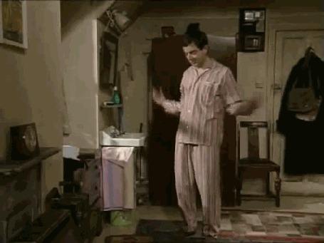 Фото Rowan Atkinson / Роуэн Аткинсон в роли мистера Бина / Mr. Bean в одноименном телесериале делает утреннюю разминку