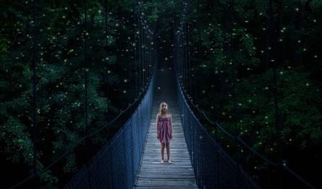 Фото Маленькая девочка стоит на мосту, by jesse berg