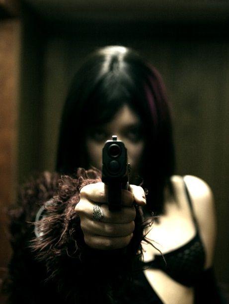 если прикольные фото брюнеток с пистолетом для