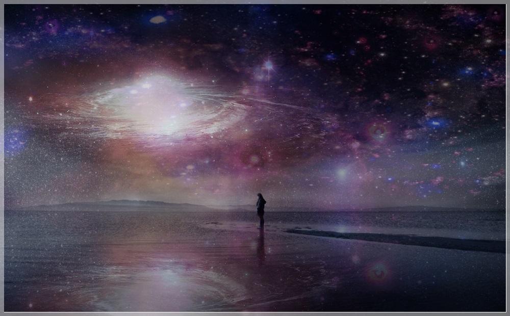 Фото Девушка стоит у моря ночью, в небе виден космос