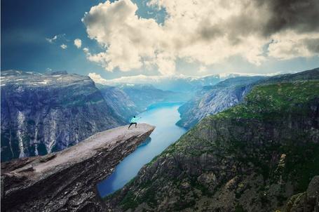Фото Девушка занимается спортом стоя на краю земли, Норвегия / Trolltunga, Norway by Barclay Сhen