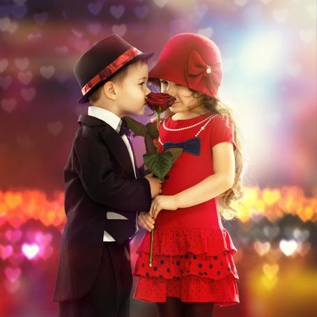 Фото Мальчик дарит розу девочке