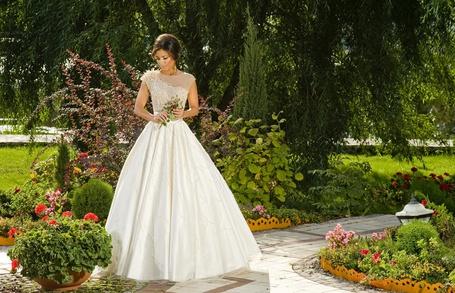 Фото Ани Лорак в белом платье среди цветов