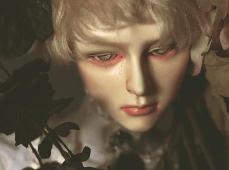 Фото Плачущий парень - кукла