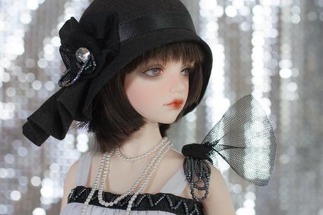Фото Девушка-кукла в шляпке