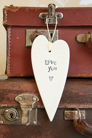 Фото Белое сердечко висит на старом чемодане (Love you / Люблю тебя)