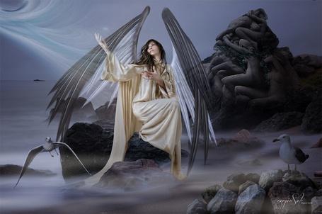 Фото Девушка с крыльями сидит на фоне морского пейзажа с каменной скульптурой, art by angie