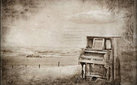 Фото Брошенное пианино около моря
