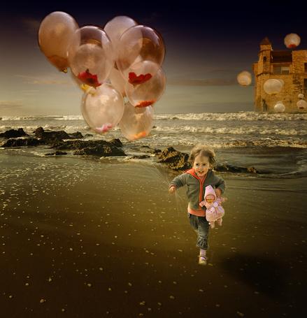 Фото Девочка бежит по морскому берегу с воздушными шариками, вдалеке замок