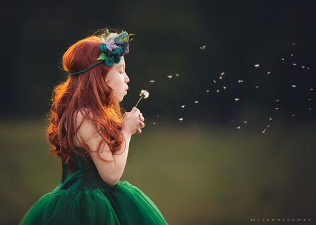 Фото Девочка в зеленом платье и с венком на голове сдувает одуванчик, фотохудожник Lisa Holloway