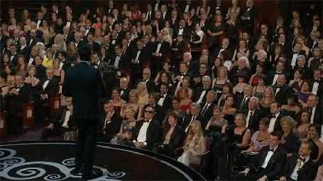 Фото Концертный зал, в зале хлопающий мужчина - анимации с Робертом Дауни-младшим / Robert Downey Jr