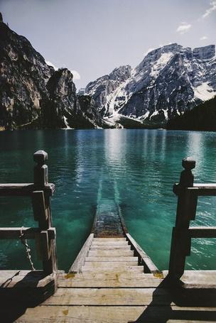 Фото Ступеньки, ведущие от берега горного озера