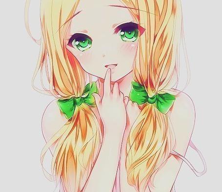Фото Девушка с зелеными глазами и золотистыми волосами, перевязанными зелеными ленточками, приложила указательный палец к губам