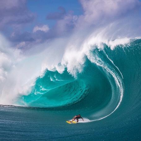 Фото Парень на серфинге под огромной волной
