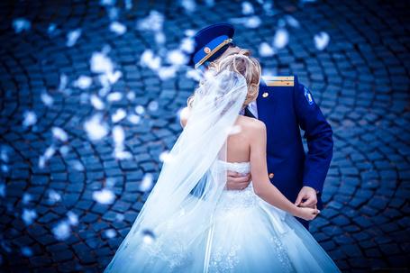 Фото Офицер с невестой, стоящие на мостовой