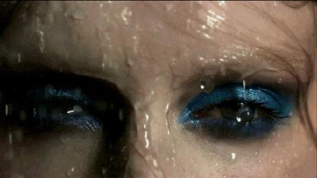 Фото Лицо девушки под каплями дождя