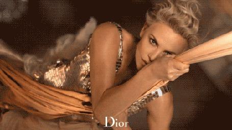 Фото Американская актриса и модель Шарлиз Терон / Charlize Theron в рекламе парфюма Miss Dior / Мисс Диор