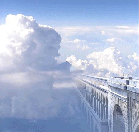 Фото Голуби, летящие мимо огромных облаков